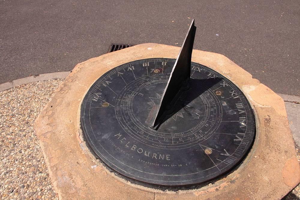 1024px-Melbourne_sundial_at_Flagstaff_Gardens.jpg