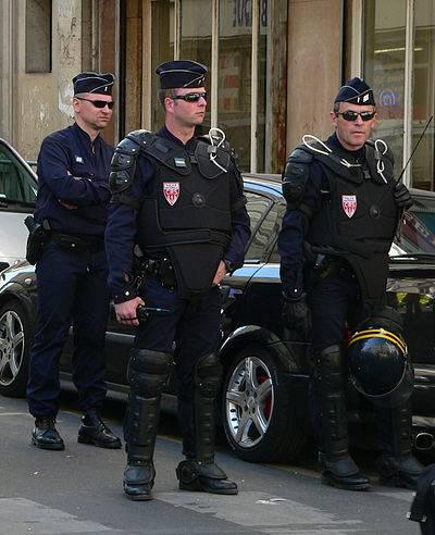 400px-CRS_tenue_maintien_ordre_p1200484.jpg