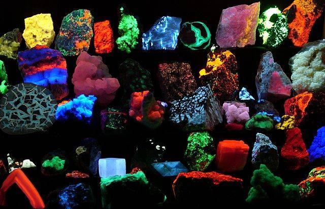 640px-Fluorescent_minerals_hg.jpg