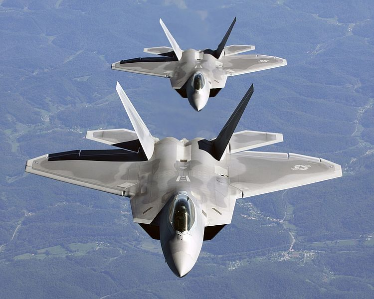 750px-Two_F-22A_Raptor_in_column_flight_-_(Noise_reduced).jpg