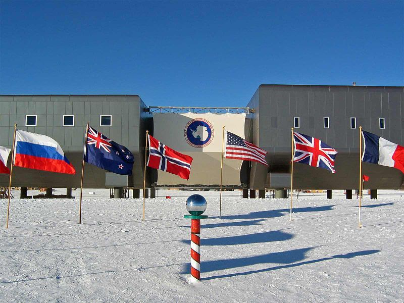 800px-Amundsen-scott-south_pole_station_2007.jpg