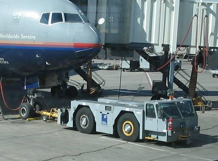 Airplane_pushing_vehicle.jpg