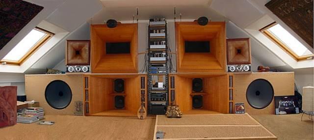 Horn_speakers_in_France.jpe