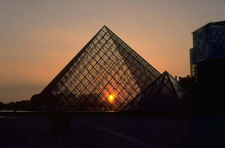 louvre.nuit-pyramide.jpg