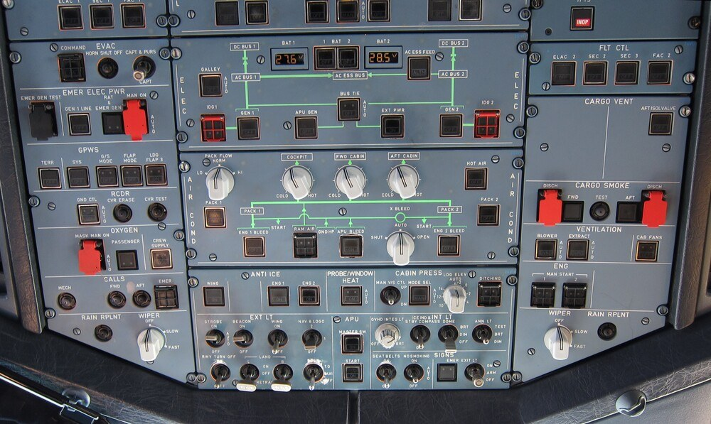 Overhead_panel_of_an_Airbus_A320_during_cruise.jpg